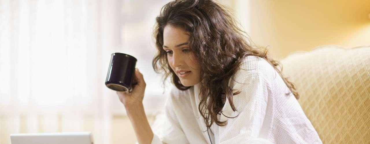 Trabajar hasta tarde: Si tiene una reunión importante o un proyecto para entregar la mañana siguiente, trabaje un poco después de la cena. Sin embargo, para dormir plácidamente es necesario alejarse de todo por lo menos una hora antes de dormir. De lo contrario, posiblemente no tendrá un sueño tranquilo.