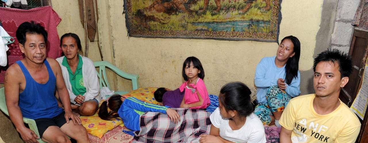 Una histórica ley de control de la natalidad vigente en Filipinas a partir de este jueves después de años de oposición de la Iglesia católica llegó demasiado tarde para Rosalie Cabenan, un ama de casa que dio a luz 22 veces.Frágil, con el rostro surcado de arrugas, Rosalie Cabenan, de 48 años, sufre de cáculos biliares no tratados y fatiga constante porque su cuerpo nunca tuvo tiempo para recuperarse adecuadamente de sus sucesivos embarazos. Cabenan tuvo su primer hijo a los 14 años. Cuando estuvo a punto de morir al dar a luz al más joven, que ahora tiene seis años, terminó por hacer caso omiso a las exigencias de la Iglesia Católica de que no usara anticonceptivos. Esta mujer es una católica devota que sin embargo lamenta haber seguido el dogma de la iglesia en forma tan estricta, y recibió con satisfacción la Ley de Maternidad Responsable que entró en vigor oficialmente hoy.