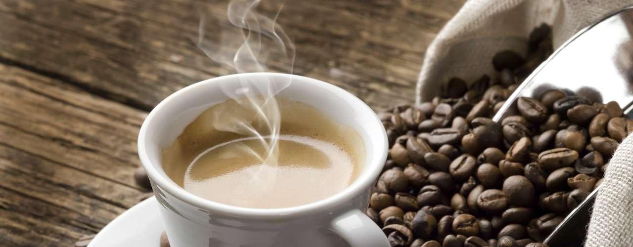 Beber cafeína: La cafeína - presente en el café, el té y el chocolate - es un estimulante y puede mantenerla despierta por más tiempo de lo que desea. Asegúrese de consumir estas bebidas horas antes de acostarse.