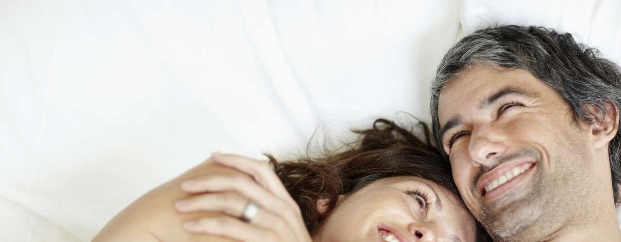 1. Reduce el estrés. Según un estudio desarrollado en Escocia y publicado en journal Biological Psychologya, practicado en 24 mujeres y 22 hombres comprobó que tener relaciones sexuales puede reducir el estrés y la presión arterial. Para concluirlo los investigadores sometieron a los participantes a situaciones estresantes y mantuvieron los registros de su actividad sexual y su presión arterial, concluyendo que los más activos sexualmente respondían mejor que los demás.