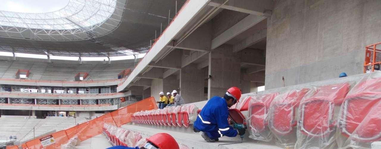 17 de enero de 2013: El palco de la Copa Confederaciones en la Arena Pernambuco vio las primeras sillas ya instaladas. En total, el estadio tendrá 46 mil lugares.