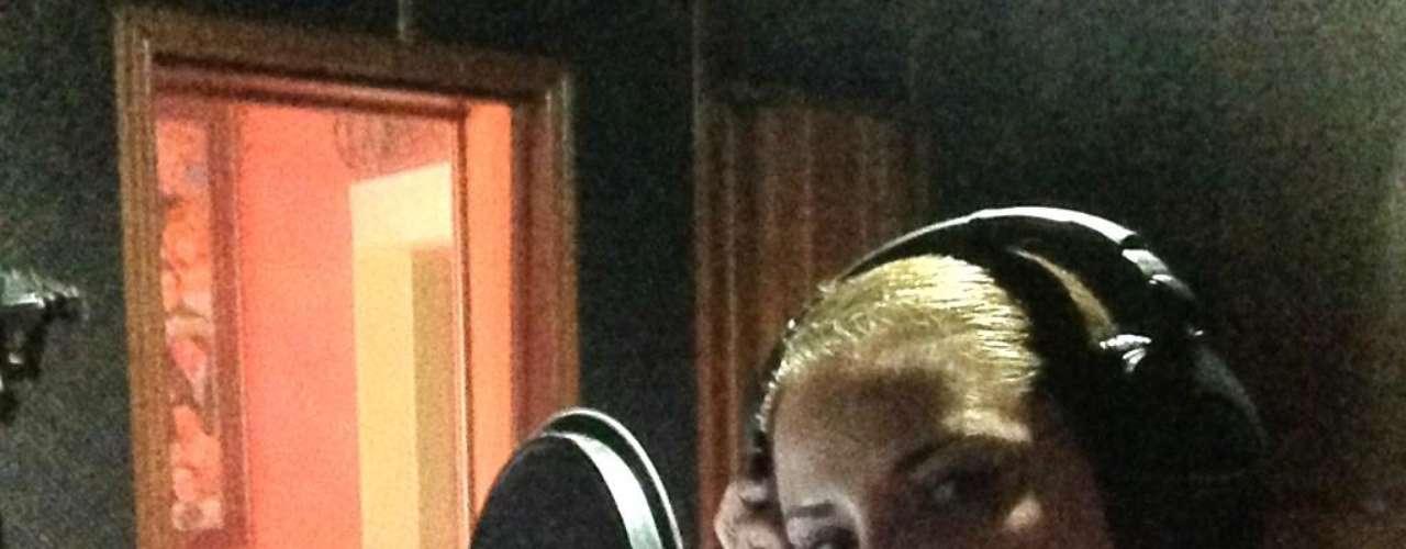 Paola Preciado, terminó de grabar su nueva producción discográfica, en la que no sólo interpreta temas de grandes compositores, sino que incluye uno de su autoría, \