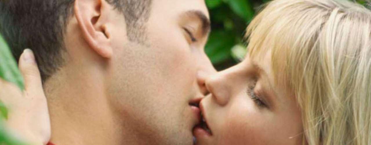 ¿Acaso no te fascina una larga y apasionada sesión de besos? Dar y recibir un beso es una experiencia electrificante. Sin embargo, hay muchas más técnicas que el tradicional \