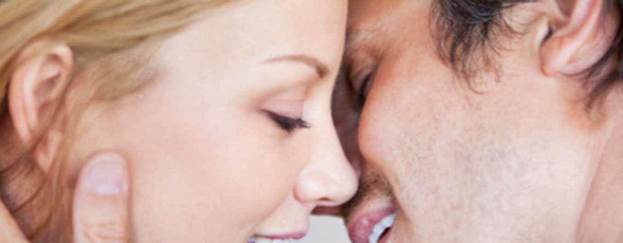 Besa sus orejas y la parte posterior de ellas. Complementa tus besos con una respiración pesada y una que otra palabra subida de tono.