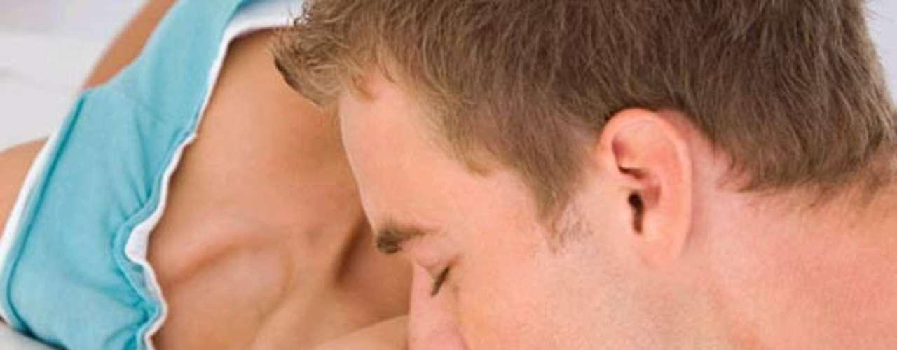 ¿Un masaje de besos? Por qué no. Pasa tus labios y un poco de tu lengua (tampoco hay que exagerar, quieres que sea sexy no \