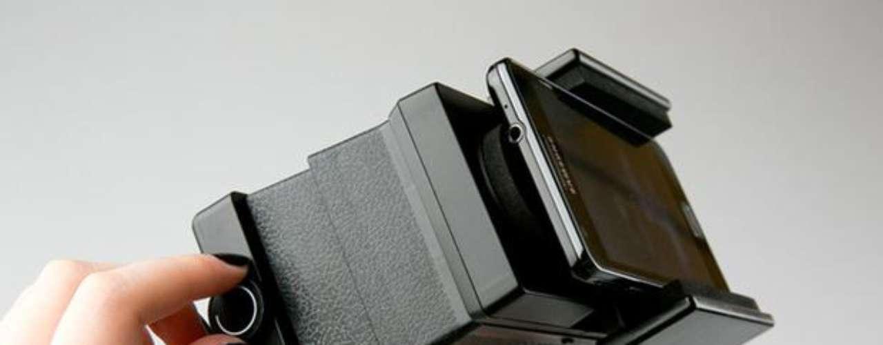 La cinta de la película es insertada en la apertura en la parte inferior y, con la ayuda de una manivela, es enrollada hacia dentro y ajustada para el correcto enfoque en el móvil.