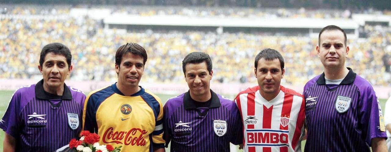 En el Verano 2002 era capitán de las 'Aguilas'. Aquí aparece en la foto de la Final de Vuelta junto al necaxista Salvador Cabrera y el árbitro Armando Archundia.