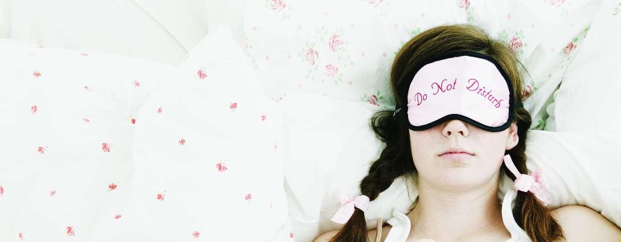 No dormir lo suficiente puede llevar al aumento de peso, debilidad del sistema inmunológico y mal humor. Si tiene problemas para dormir, el sitio FitSugar alerta sobre seis hábitos que le impiden disfrutar de su merecida noche de sueño.