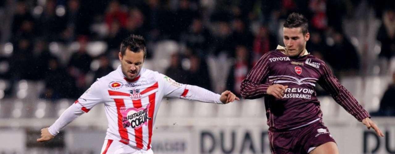 Ajaccio empató 1-1 con Valenciennes, que jugó con 10 hombres buena parte del partido. El equipo de Guillermo Ochoa sigue en problemas de descenso.