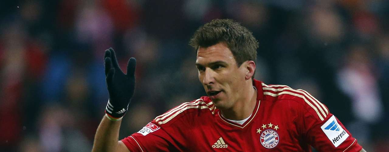 Bayern Munich's Mario Mandzukic celebrates his second goal against Greuther Fuerth during their German Bundesliga first division soccer match in Munich January 19, 2013. REUTERS/Michael Dalder