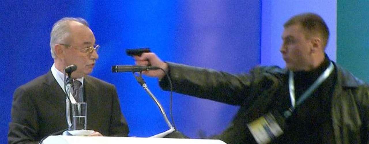 Le apuntó a apenas dos palmos de la sien con un arma corta y disparó. Pero algo falló, porque no hubo bala: el arma se encasquilló.