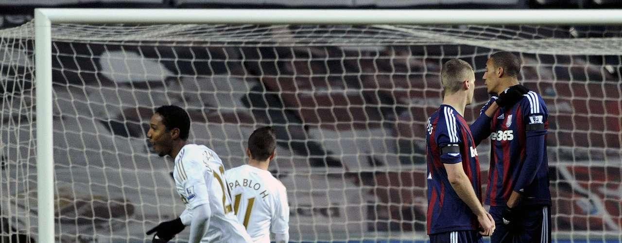 Swansea City's Jonathan De Guzman (L) celebrates after scoring for his team.