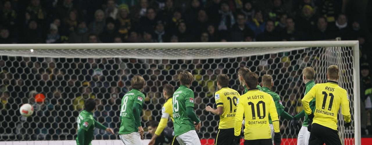 Marco Reus (R) of Borussia Dortmund scores a goal by a freekick against Werder Bremen. REUTERS/Wolfgang Rattay