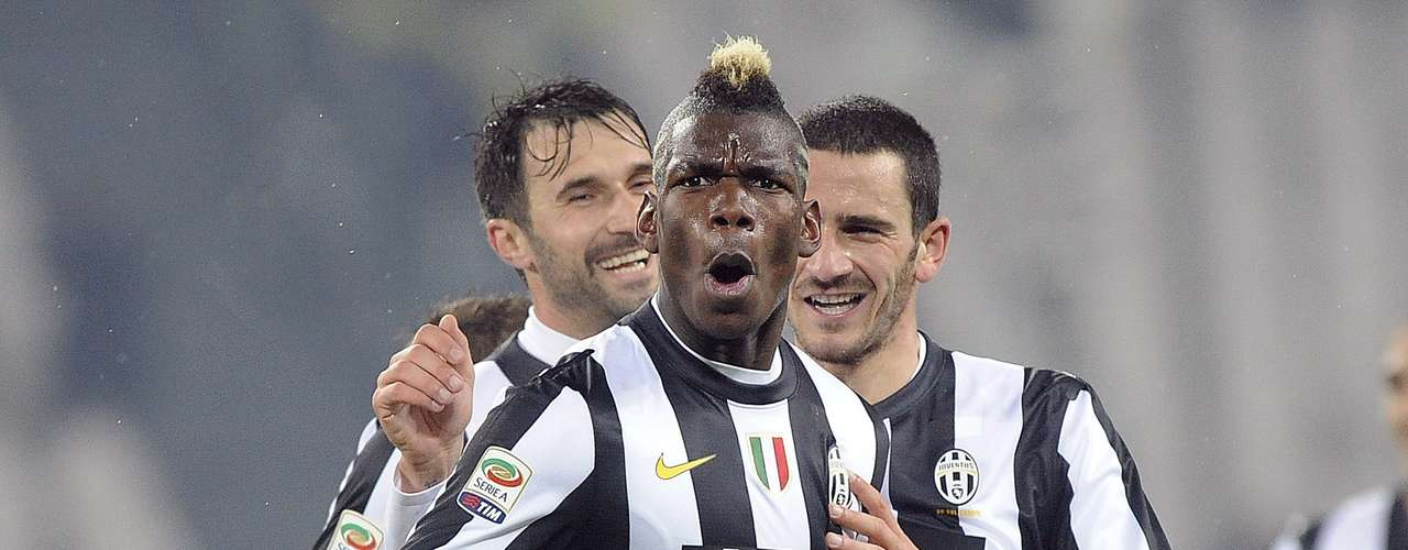 Juventus' Paul Pogba (C) celebrates with his team mates Leonardo Bonucci (R) and Mirko Vucinic after scoring against Udinese. REUTERS/Giorgio Perottino