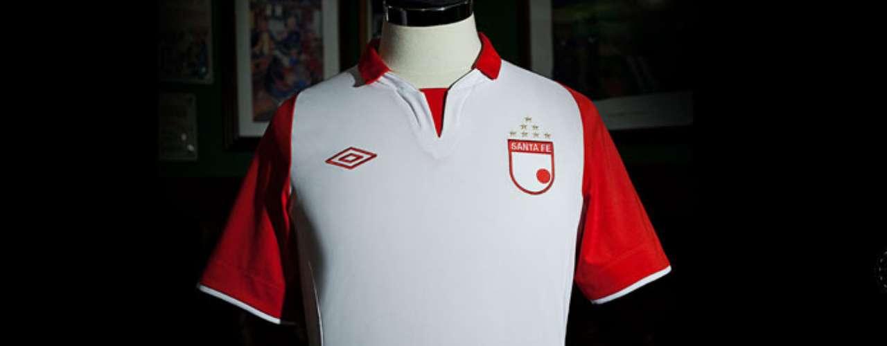 Una de las camisetas más bonitas del 2013 en el FPC, la de Santa Fe tanto de local como visitante emula los diseños europeos que la marca UMBRO utiliza para los equipos que viste