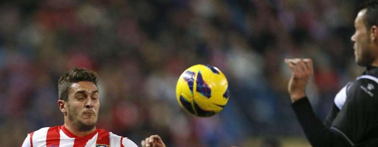- El centrocampista del Atlético Madrid Koke Resurrección (i) pelea un balón con el defensa del Levante David Navarro, durante el partido de la vigésima jornada de la liga disputado esta tarde en el estadio Vicente Calderón