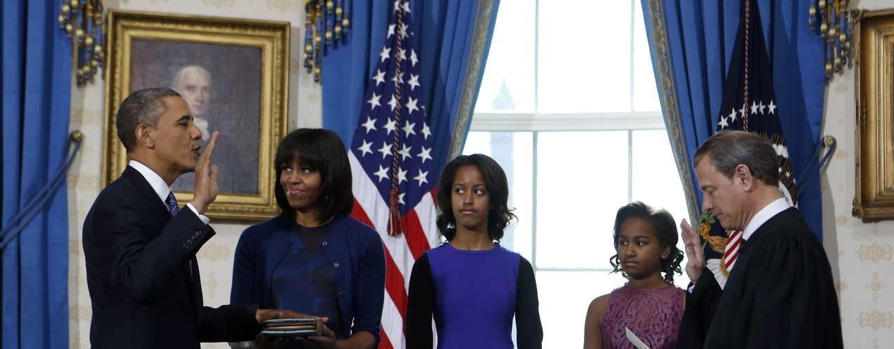 Esta televisada ceremonia en el Salón Azul de la residencia presidencial, a la que asistieron solo un puñado de personas, entre ellas la familia de Obama y algunos periodistas, se prolongó por menos de un minuto.