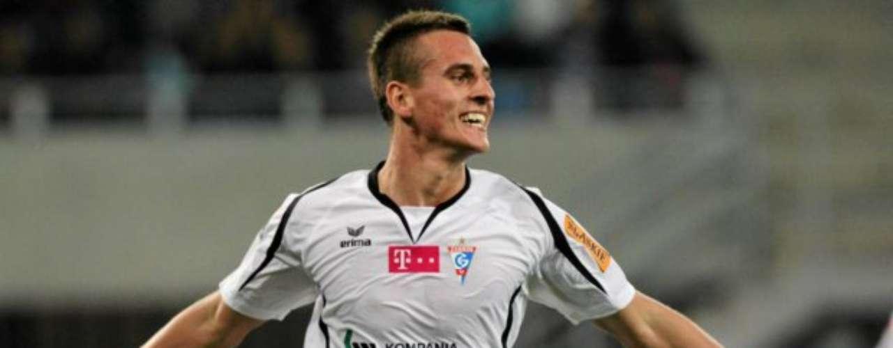 Sus cualidades llamaron la atención de varios clubes, como Tottenham; pero en 2011 decidió firmar con el Gornik Zabrze, que pagó 120 mil euros por el fichaje.