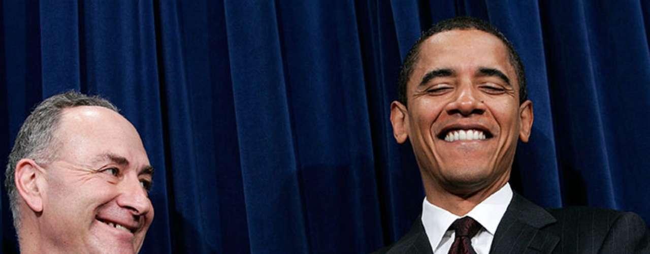 Nacido en Honolulu, Hawaii, el nombre completo del presidente del país más poderoso del mundo es Barack Hussein Obama. Su segundo nombre resulta incómodo políticamente por llamarse igual que uno de los grandes enemigos del gobierno estadounidense hasta la fecha de su muerte: Sadam Husein, dictador de Irak.