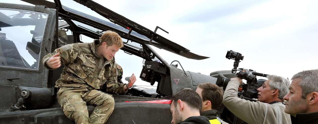 El hijo menor del príncipe Carlos ya había vivido una primera experiencia militar de 10 semanas en Afganistán como controlador de cazabombarderos en 2007/08, que tuvo que ser interrumpida cuando la prensa se hizo eco de su presencia.