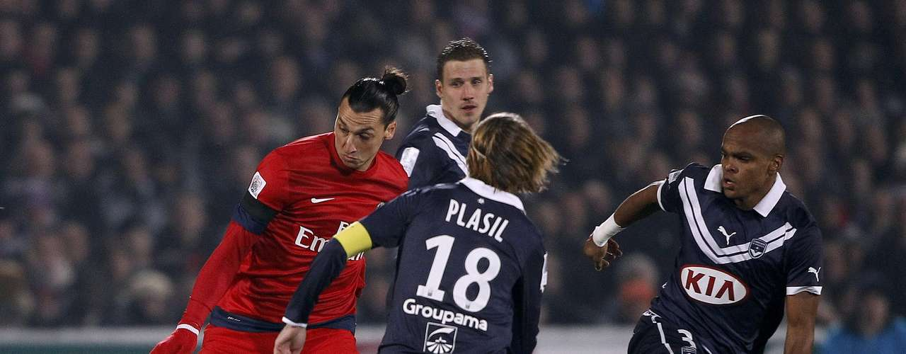 Paris Saint-Germain's Zlatan Ibrahimovic (L) challenges Bordeaux's Jaroslav Plasil (C) and Henrique Dit (R) during their French Ligue 1 soccer match at the Chaban Delmas Stadium in Bordeaux, Southwestern France, January 20, 2013.