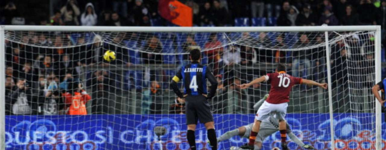 Roma was winning 1-0 against Inter Milán with a penalty by Francesco Totti (photo), but later, Rodrigo Palacio scored to force a draw.