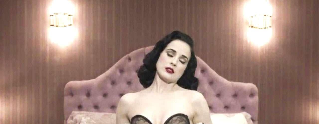 El sensual videoclip, en el que Dita Von Teese, derrocha su elegante sensualidad, fue dirigido por Roy Raz.