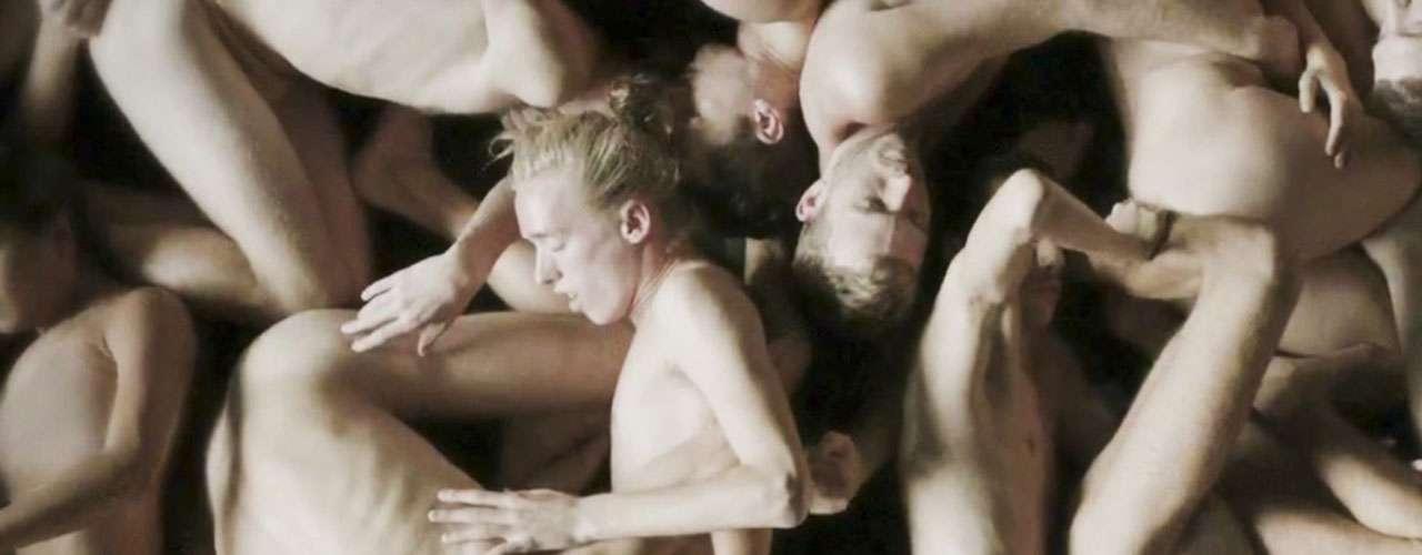 Las sugerentes imágenes en el videoclip permanecen constantes durante todo el tema.