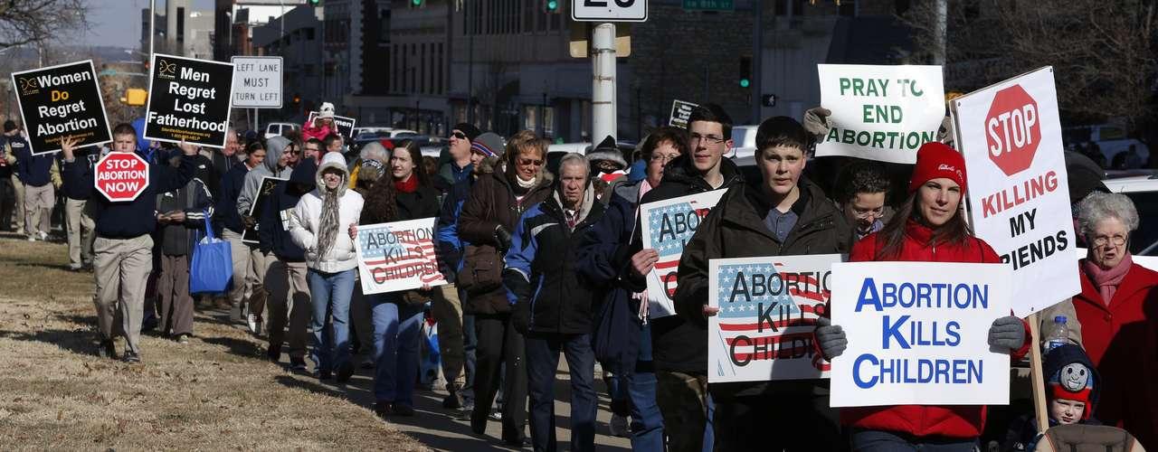 Hay una gran parte de estadounidenses para quienes no es un asunto en blanco y negro, indicó Michael Dimock, el director del centro Pew. A ellos les importan las circunstancias, añadió. Sin embargo, muchos de los que apoyaron el derecho legal al aborto consideran que es moralmente equivocado.