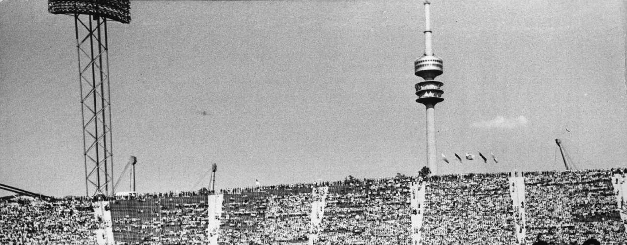 Bayern conquistó el tricampeonato en la temporada 1975-76 al imponerse por la mínima diferencia al Saint-Etienne, culminando con la era dorada del clun alemán