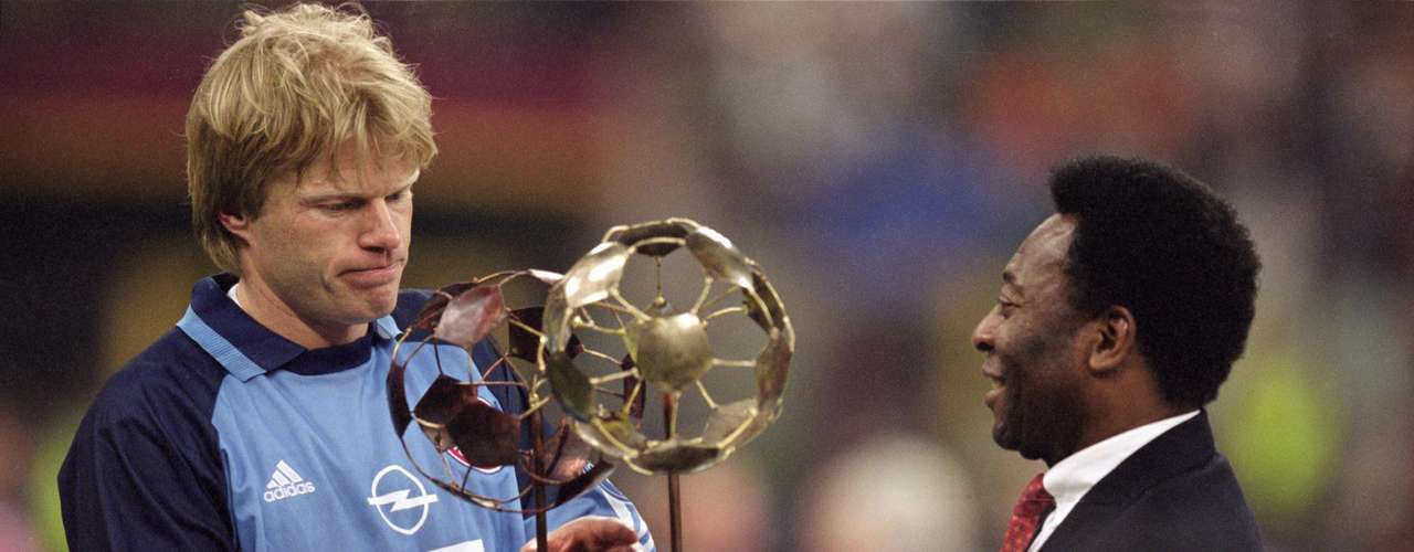 El guardameta Oliver Kahn recibió de manos de Pelé el premio al jugador del partido en la Final celebrada en el Guiseppe Meazza ante el cuadro naranjero