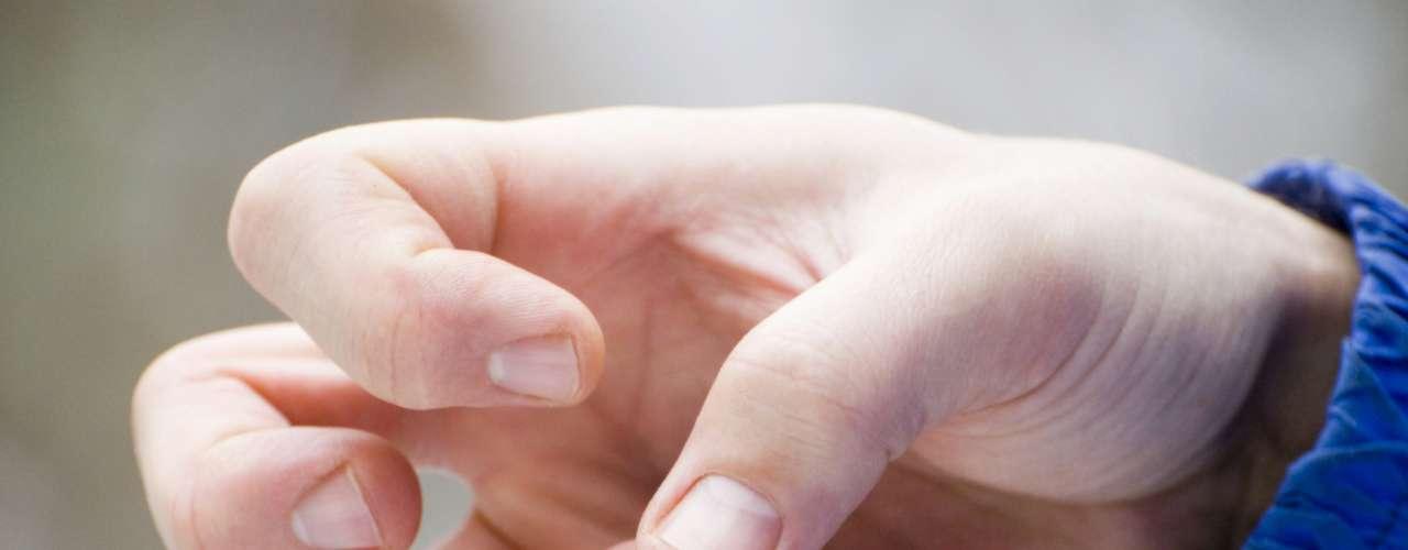 Las convulsiones se deben a descargas eléctricas excesivas de grupos de células cerebrales. Las descargas pueden producirse en diferentes partes del cerebro. Las convulsiones pueden ir desde episodios muy breves de ausencia o de contracciones musculares hasta convulsiones prolongadas y graves. Su frecuencia también puede variar desde menos de una al año hasta varias al día. Dato: El riesgo de muerte prematura en personas con epilepsia es dos a tres veces mayor que en la población general.