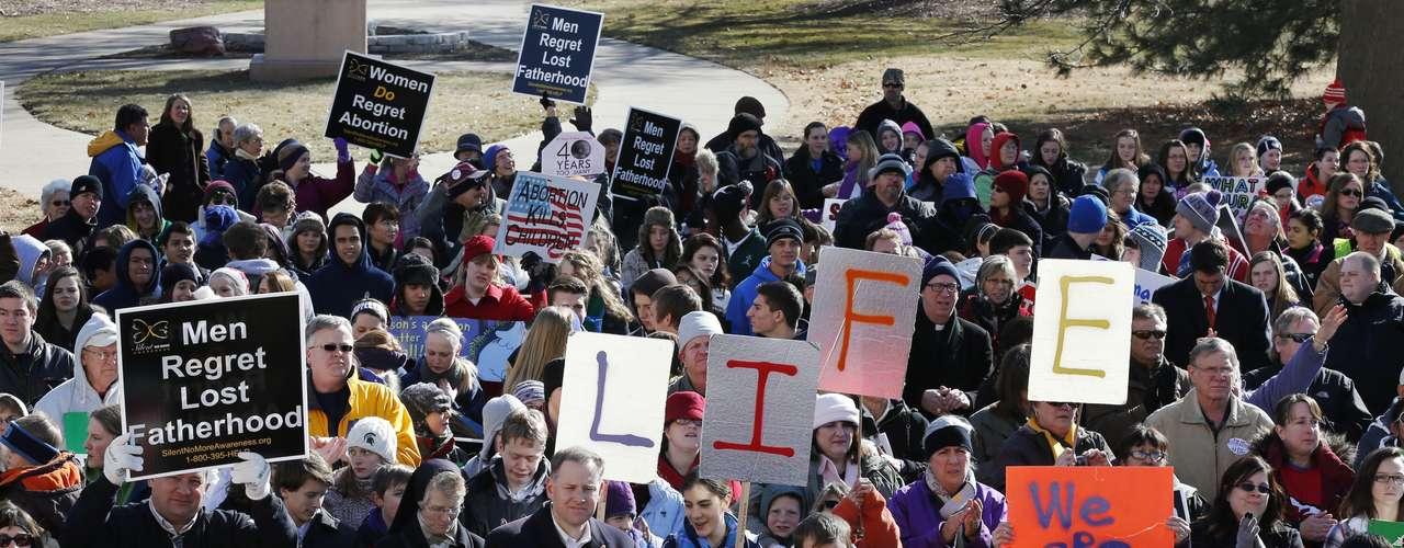 Según AP, los partidarios del acceso legal al aborto quedaron tranquilizados por la victoria en noviembre de su aliado, el presidente Barack Obama, sobre el republicano antiaborto Mitt Romney.