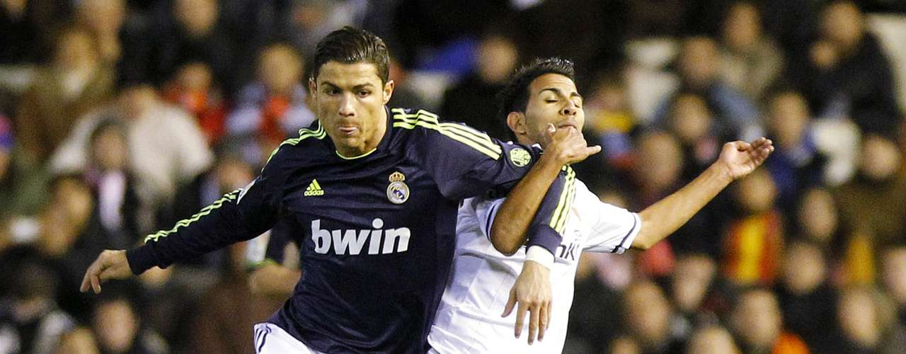 Ronaldo (L) and Valencia's Joanathan Viera fight for the ball . REUTERS/Heino Kalis
