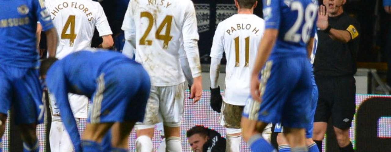 Jugadores del Swansea corrieron a reclamarle al juez asistente.