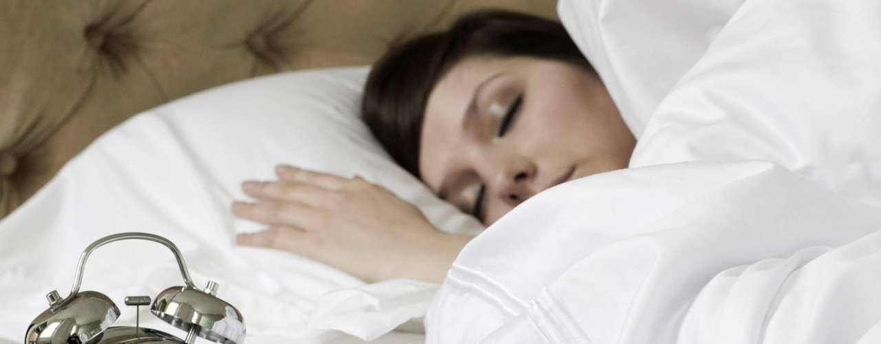 Apagar el despertador para dormir un rato más: La costumbre de apagar el despertador para seguir durmiendo todas las mañanas indica que no ha tenido una noche de sueño reparadora. Dormir poco provoca numerosos problemas de salud tales como presión alta y aumento de peso. Para tener una buena noche de sueño, acuéstese ocho horas antes. Si dormir a las 22h le parece improbable, trate de ir a la cama 15 minutos más temprano cada noche hasta que alcance el objetivo. Además, evite dispositivos electrónicos y el consumo de cafeína antes de acostarse.