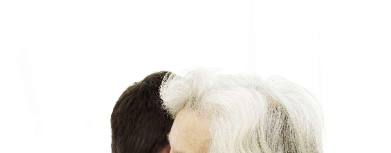 Previene contra trastornos mentales: Las personas que viven solas tienen el doble de riesgo de sufrir demencia y enfermedad de Alzheimer al envejecer, comparadas con aquellas que están casadas o viven en pareja, mientras que enviudar o divorciarse alrededor de los cincuenta años de edad triplica las posibilidades de desarrollar demencia, de acuerdo a una investigación de científicos suecos y finlandeses.