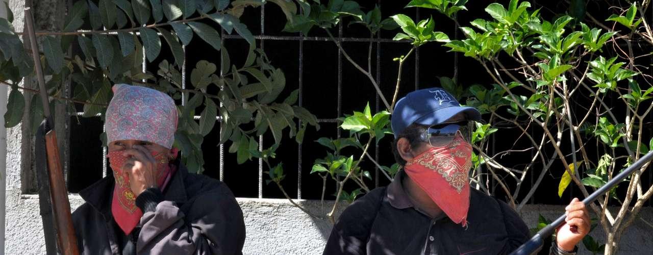 Desde los primeros días de enero unos 800 campesinos de los municipios de Ayutla de los Libres y Tecoanapa, enclavados en montañas de Guerrero, cubiertos con pañuelos se armaron para enfrentar a las organizaciones criminales que constantemente roban, secuestran y extorsionan a pobladores y comerciantes, y en algunos casos los asesinan.