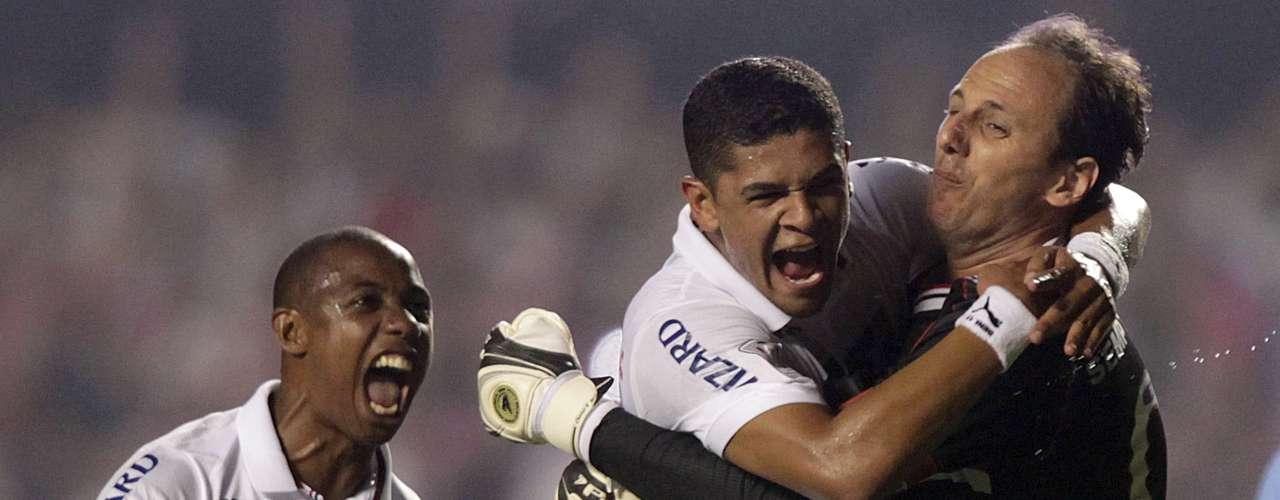 Ceni anotó de penal y lo celebró de gran forma con sus compañeros.