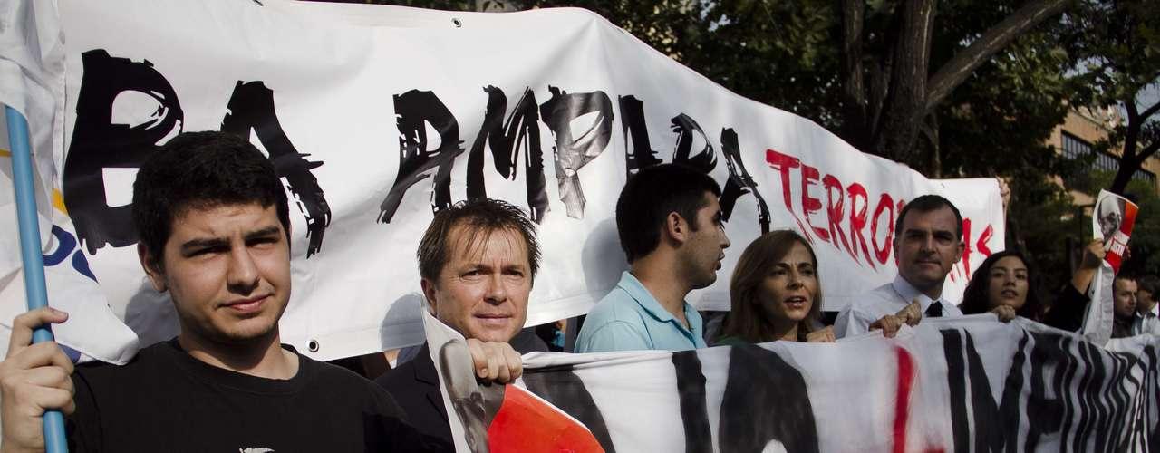 Adherentes UDI protestan frente a la embajada de Cuba, acusando al gobierno de Castro como responsable de la muerte del ex senador y fundador del partido, Jaime Guzmán.