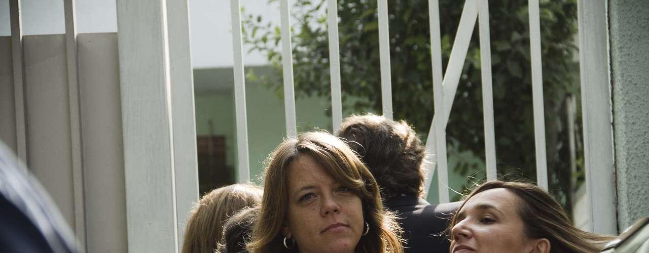 La senadora UDI, Ena Von Baer, protesta frente a la embajada, junto a otros dirigentes y adherentes del partido, acusando al gobierno de Castro como responsable de la meurte del ex senador y fundador del partido, Jaime Guzmán.