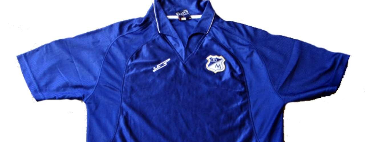 Esta camiseta patrocinada por Saeta se utilizó sin patrocinios por Millonarios durante una difícil temporada del club en los noventa.