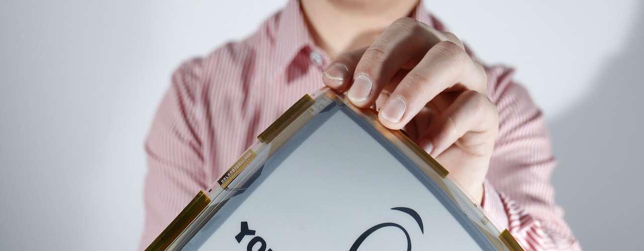 La pantalla, que puede ser monocromática o colorida, se puede utilizar como papel electrónico, el cual se usa en la construcción de tablets o para equipar dispositivos móviles más resistentes.