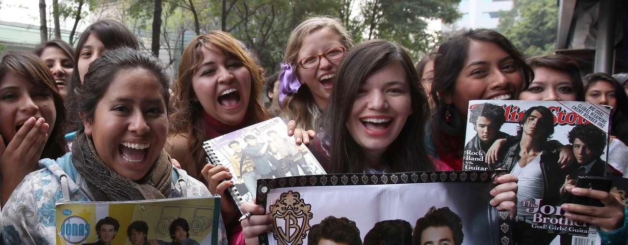Los Jonas Brothers causaron histeria en cientos de jovencitas mexicanas, quienes esperaron por ver a los artistas a las afueras de un hotel de Ciudad de México, el 23 de enero de 2013.