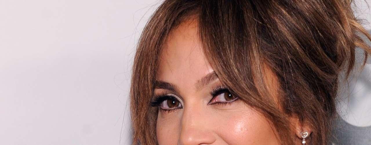 Mientras tanto, sigamos disfrutando la belleza y las curvas de Jennifer Lopez