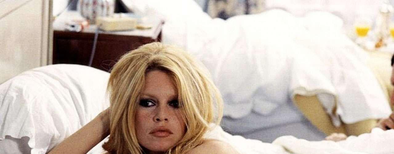 Brigitte Bardot: es quizá el primer símbolo sexual francés del siglo XX. Su rubia cabellera y voluptuosas curvas le ganaron ese título, así como su aparición en filmes que causaron polémica en su época por mostrar desnudos, como 'El desprecio' (1963).