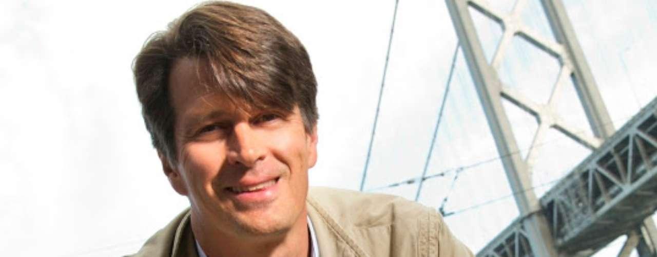John Hanke es el creador de Google Earth. Empezó el desarrollo de este programa en una pequeña empresa llamada Kehyhole y pasó a Google cuando este la compró, en 2005.