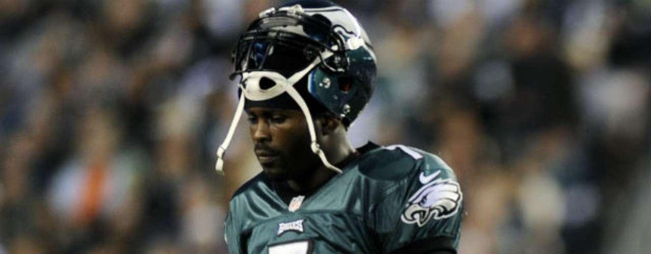 El quarterback de Filadelfia Eagles, Michael Vick, fue sentenciado en 2007 a 23 meses de prisión, acusado de organizar peleas clandestinas de perros y apuestas relacionadas a la práctica ilegal en una de sus propiedades. Vick fue liberado de prisión el 20 de mayo de 2009, y el comisionado de la NFL levantó su suspensión en la liga. El dueño de los Atlanta Falcons, Arthur Blank, declaró públicamente que no deseaba que Vick regresara a su equipo y tuvo su contrato liberado. Finalmente llegó a Filadelfia y a la fecha no ha tenido buen rendimiento.
