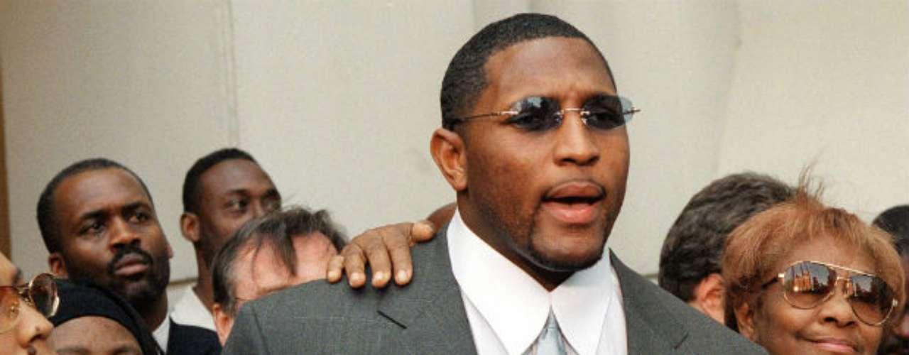 El linebacker Ray Lewis, quien jugará el Super Bowl XLVII, ha estado envueltos en líos de este tipo, ya que en el 2000 fue acusado de homicidio aunque los cargos le fueron retirados.