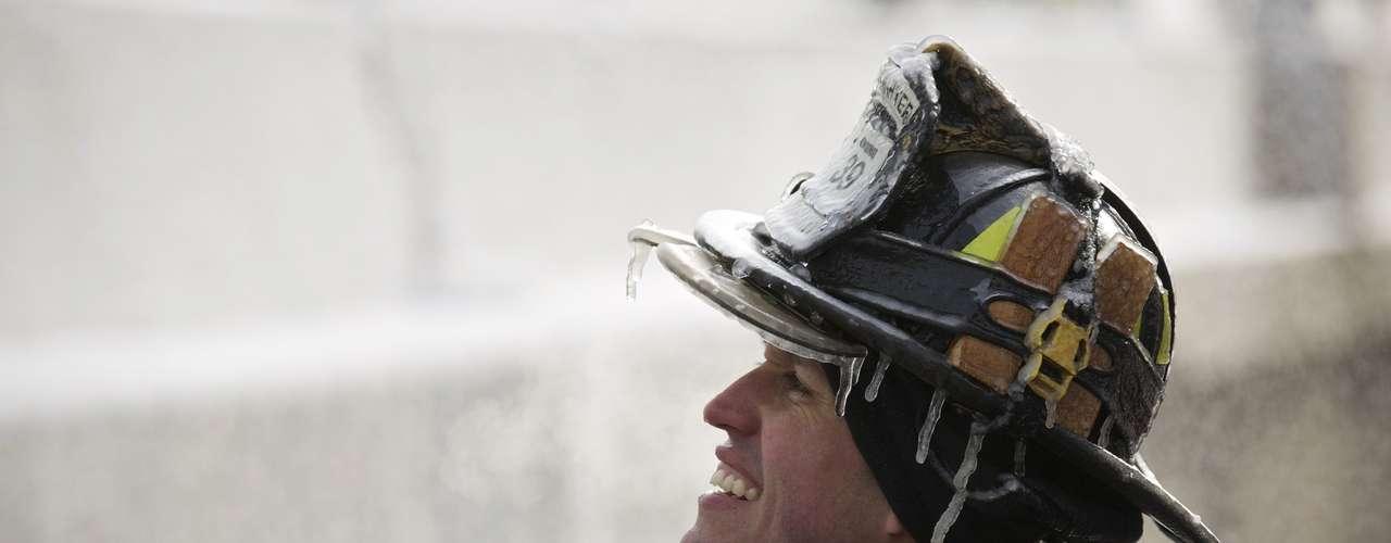 En medio de un incendio, un edificio de cinco pisos que ardía en llamas, terminó congelado con el agua que los bomberos utilizaron para extinguir el fuego.
